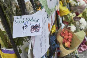 rondom de uitgebrande Grenfell Tower zijn overal foto's van nog vermiste personen te vinden, maar ook bloemen, knuffels en kaarsjes. Bij de vele kerkjes in die buurt worden ook materiële en financiële schenkingen gedaan om getroffen mensen hulp te bieden. Op zondag waren er ook meerdere vieringen, ter nagedachtenis van de overledenen en waar overlevenden steun vinden bij mekaar . Ook burgemeester Sadiq Khan woonden zo'n viering bij. De sfeer is er bijzonder intens, en emotioneel geladen.
